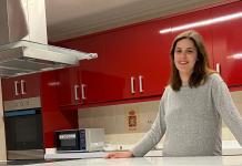 """La concejala Paula Cuervo en la escuela de sabores """" La Llariega""""."""