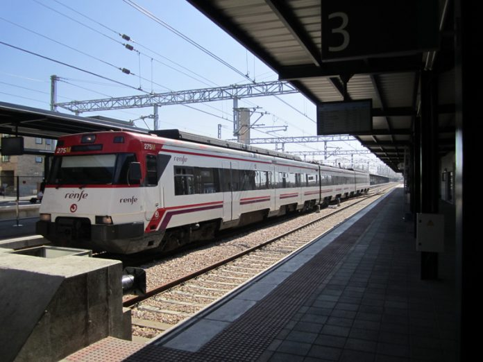 Un tren de Renfe en la estación de Gijón/Xixón