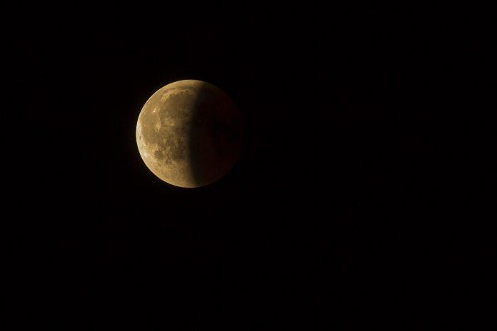¿Cómo ver el eclipse lunar parcial de esta noche?